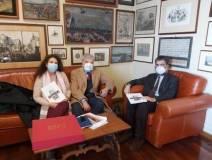 Noemi Cavicchia con Enrico Luciani e Marco Pizzo mentre riceve la nostra pubblicazione