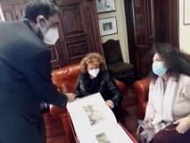 Marco Pizzo mostra a Daniela Donghia e Noemi Grimaldi il prezioso album che ricorda il 1861