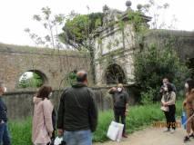Il giornalista Roberto Calabria spiega gli avvenimenti davanti all'Arco di Tiradiavoli, all'acquedotto Paolo V .