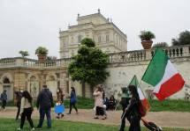 Al giardino sotto la Villa Algardi bella immagine della ing. Elena D'Effremo con bandiera