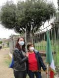 Manuela Franci con la mamma Giovanna De Luca…  sotto il leccio ultracentenario