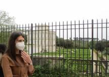 Di fronte a Villa dell'Algardi, che si chiamava Villa del Bel Respiro, la ventenne Martina Caponi sta pensando