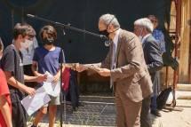 il prof. Antonio Bultrini dell'Univ. di Firenze, nostro autorevole socio, premia i ragazzi