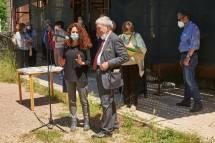 si premia l'I.I.S Caffè: riceve il dono la prof. Paola Ceccopieri