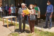 si premia l'I.C. Via Fabiola: riceve il dono la prof. Fanny Greco, sempre giovane ma Preside da una vita…