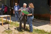 si premia l'IC Oriani-plesso Manzoni: riceve il dono la prof. A. Leonarda Notarangelo