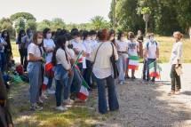 le proff- Federica Castracane e Silvana Focosi pronte a lanciare il canto di Mameli integrale … Brave!