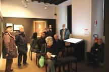 Il pubblico ascolta Ciceruacchio di fronte a Pio IX:  Mario Savelli a sinistra e Antonio Cardellini a destra