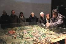 Antonio Cardellini spiega la battaglia del 30 aprile utilizzando il plastico presente nella sala dell'Assedio