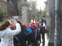 CIMG3872 la scuola Alpi esce da Villa Sciarra_small