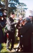 MAUSOLEO OSSARIO GIANICOLENSE pannello 8: una televisione intervista il segretario del Comitato (Luciani) sulla realizzazione dei pannelli dell'itinerario garibaldino