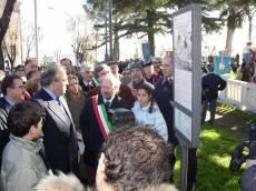 MAUSOLEO OSSARIO GIANICOLENSE pannello 8: inaugurano il presidente della Regione Lazio (Storace) e l'assessore alla Cultura del Comune di Roma (Borgna) con il presidente del Comitato Gianicolo (prof. Monsagrati, alle loro spalle)