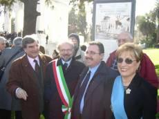 MAUSOLEO OSSARIO GIANICOLENSE pannello 8: il segretario del Comitato Gianicolo (Luciani) con gli assessori Robilotta (Regione), Borgna (Comune), Urbani (Provincia)