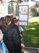 MAUSOLEO OSSARIO GIANICOLENSE pannello 8: gli studenti leggono il pannello