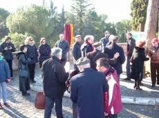 PIAZZALE GARIBALDI (21. 1. 2004) installazione PANNELLO 9 (Il Gianicolo e la Repubblica Romana): il pannello è pronto per la cerimonia, è presente Roberto Bruni del Comitato