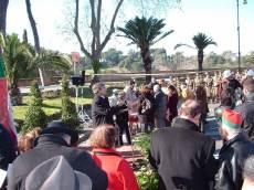 PIAZZALE GARIBALDI installazione PANNELLO 9 (Il Gianicolo e la Repubblica Romana): nell'attesa Enrico Luciani, per il Comitato Gianicolo, saluta il pubblico e invita al dibattito previsto al Museo, dopo le 12 al rombo del cannone