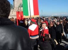 PIAZZALE GARIBALDI installazione PANNELLO 9 (Il Gianicolo e la Repubblica Romana): a sinistra Mino Federici del Comitato Gianicolo guarda, con altri, il pannello; a destra il prof. Monsagrati
