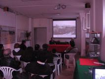 I locali del Circolo Amilcare Cipriani durante l'incontro. Sullo sfondo la litografia di Raffet riguardate l'attacco del 30 Aprile
