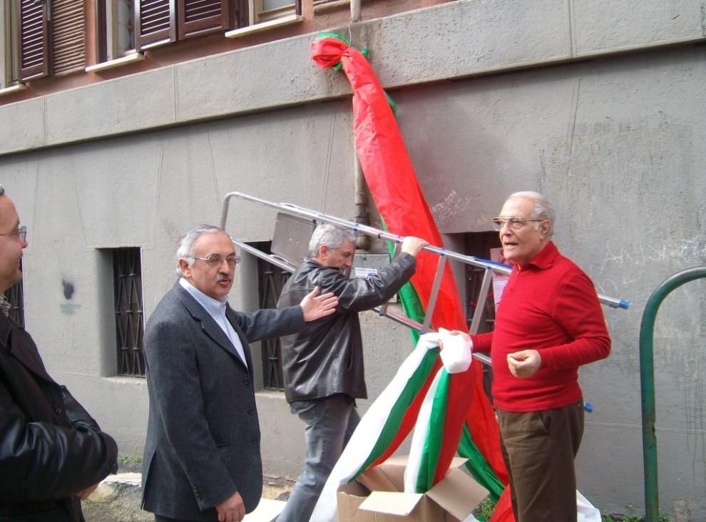 A destra, con il maglione rosso, Luciano in un momento di attività presso la sede del nostro Circolo