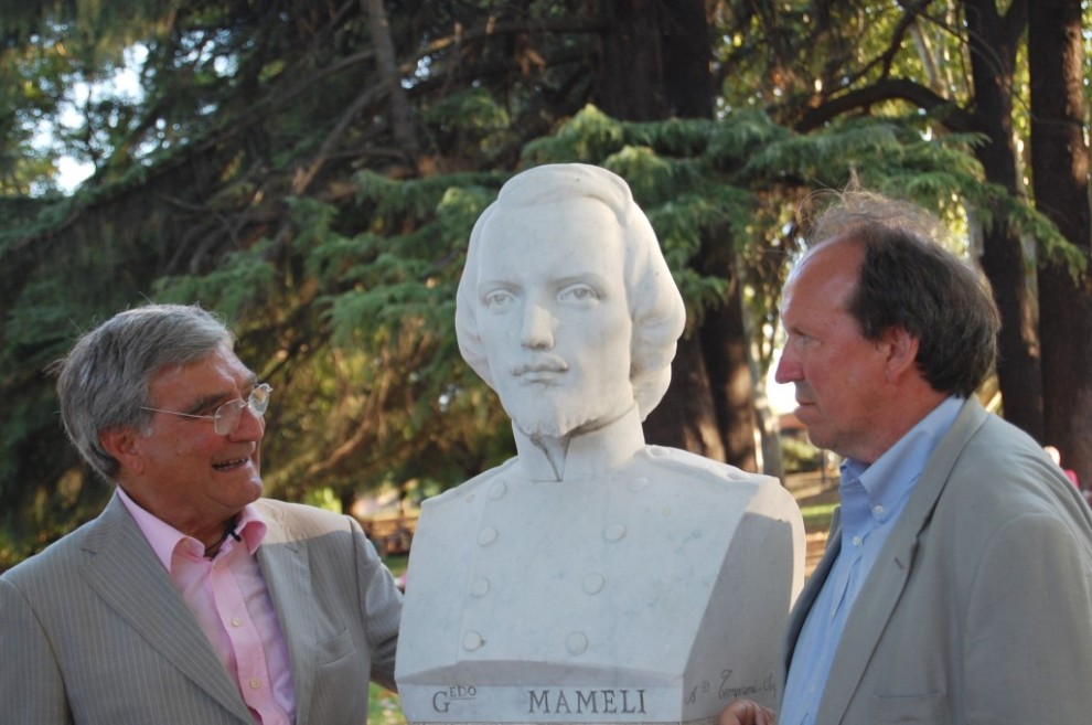Corey Brennan (sulla destra) insieme a Enrico Luciani al busto di Goffredo Mameli
