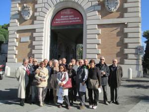 """Foto di gruppo per l'Associazione """"Il Quinto Cielo"""": a sinistra Enrico Luciani con a fianco il presidente Pietro Zipoli"""