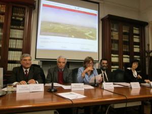 La Direttrice Simonetta Buttò apre la riunione. Da sinistra: Enrico Luciani, Giuseppe Monsagrati, Simonetta Buttò,  Marco Pizzo, Maria Pia Critelli