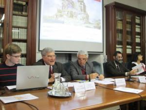 Luciani Enrico inizia la spiegazione del sito: i Capitoli e le immagini presenti, le finalità del sito. Al suo fianco  Federico Ciotti