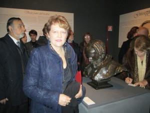la dott. Gaia Maschi Verdi (curatrice della mostra con Marco Pizzo e Massimo Pistacchi); sulla sinistra il prof. Renato Ugolini Direttore del Museo