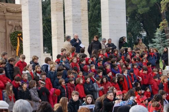 Aldo Cazzullo tra i giovani, nello scenario del Mausoleo