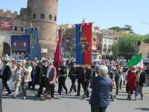 I manifestanti in corteo arrivano a Porta San Paolo.