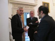 il prof. Vincenzo Fiocco Nicolai (a sinistra) si complimenta con Roberto Calabria: compiaciuto Carlo Casentini (al centro)