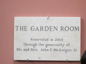 """Il restauro della """"Garden Room"""" : la targa in ricordo di John e Mary Mc Guigan"""