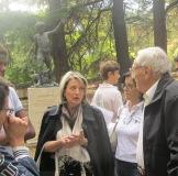 Davanti alla statua di Righetto la prof. Catone risponde alle domande di alcuni visitatori del Parco