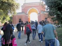 il gruppo verso l'Arco dei Quattro Venti, costruito dopo la battaglia sui ruderi di Villa Corsini