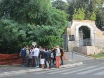 il gruppo osserva attentamente la litografia di Raffet e i luoghi ancor oggi chiaramente visibili