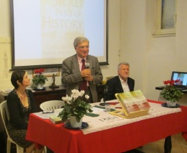 "Enrico Luciani presenta gli autori e il loro libro ""THE SECRET PRICE OF HISTORY"""