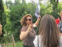 Daniela al settimo bastione di villa Sciarra spiega la manovra a tenaglia dei francesi