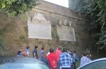le lapidi affiancate, a destra quella del Papa per la vittoria dei francesi, a sinistra quella degli  italiani dopo la presa di Porta Pia ad onore e memoria dei combattenti del 1849