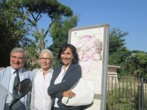 davanti al pannello di nuovo deturpato … ripassiamo la battaglia del 3 giugno 1849. Con Luciani la professoressa Nicoletta Venturini (a destra) e Anna M. Santarelli (al centro)
