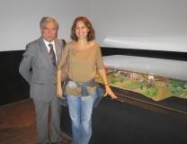 Luciani con la prof.ssa Carla Cesaretti dopo le spiegazioni della battaglia del 30 aprile 1849,  sinteticamente rappresentata nel plastico