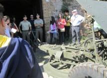 il prof. insieme ai ragazzi si informa sul tipo di cannone e dello sparo di mezzogiorno