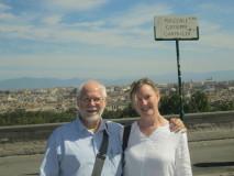 i coniugi Hughes sembrano davvero soddisfatti della visita al Gianicolo e gradiscono il nostro  invito al Circolo Cipriani