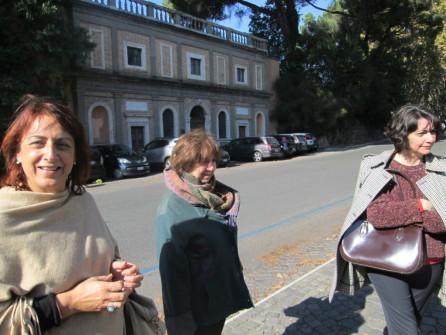 davanti a Ciceruacchio, al termine della visita,  -da sinistra nell'ordine-  le professoresse Rossella Dieci, Daniela Iannace, Giulia Lo Quercio
