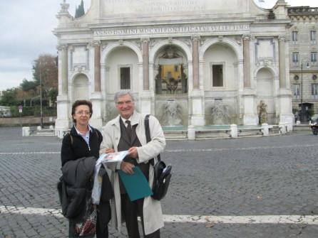Enrico Luciani consegna alla professoressa Maria Libricci  la pubblicazione L'ESERCITO DELLA REPUBBLICA ROMANA E LE SUE UNIFORMI