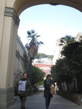 Roberto Calabria e Manuela Franci entrano nel viale d'ingresso dell'Istituto