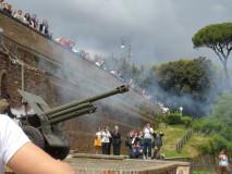 lo sparo del cannone unisce tutti