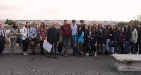 a Piazzale Garibaldi foto del liceo classico con il nostro Massimo Capoccetti che li guiderà al Museo della Repubblica Romana