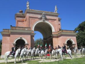 La cavalleria anche a ricordo dell'attacco a Villa Corsini