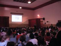 Enrico Luciani parla di fronte ad un folto numero di studenti nell'Aula Magna della scuola