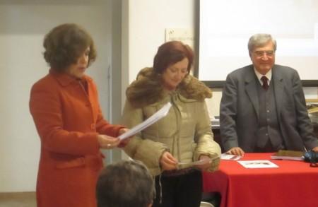 le prof.sse Gisella Bellantone e Antonella Merli leggono la petizione